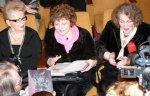 Ліна Костенко та Оксана Пахльовська Тимошенко побажали мати уламок Лук'янівської в'язниці в якості сувеніра на робочому столі