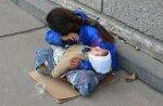 Чому спить дитина на руках у жебрачки?