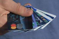 Чернівецькі банки нав'язують пенсіонерам кредитки