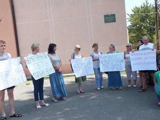 Буковинське село Кам'яна постало проти незаконно встановленої вишки ФОТО