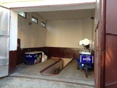 Холодильні машини приватника заряджають електроенергією в гаражі Чернівецької міської ради ОНОВЛЕНО