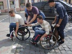 В Чернівцях люди спробували, як це їздити на інвалідних візках вулицями міста