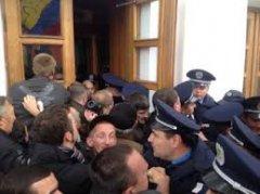 У Полтаві сотні людей взяли штурмом міськраду і виламали двері в кабінет мера ВІДЕО