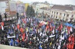 На Майдані у Чернівцях збираються люди