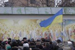 На Михайлівській площі активісти розгромили автобус беркутівців