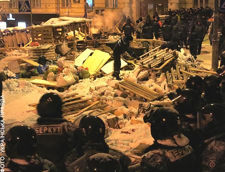 Правоохоронці зачистили останні барикади поблизу Банкової. Є постраждалі