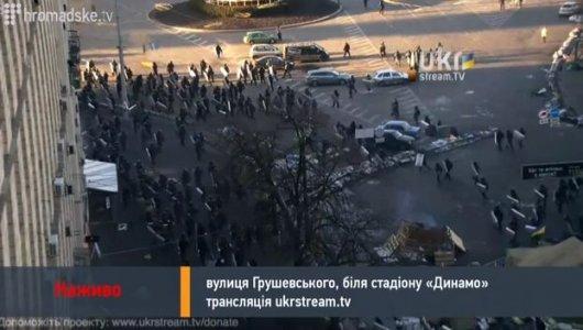 """Кілька тисяч мітингувальників тікають на Майдан від пострілів """"беркутівців"""""""