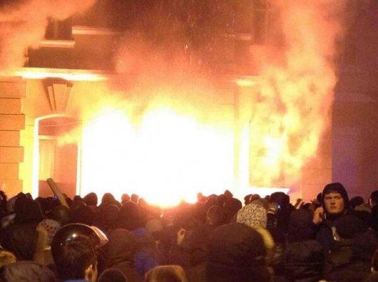 У Тернополі горить будівля МВС