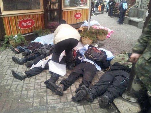 """Снайпер відстрілює активістів: біля готелю """"Козацький"""" вже вісім трупів (фото, відео)"""