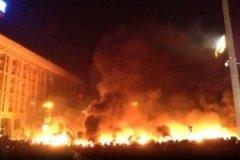 Будинок профспілок у Києві догорає. Рятувальники покинули будівлю