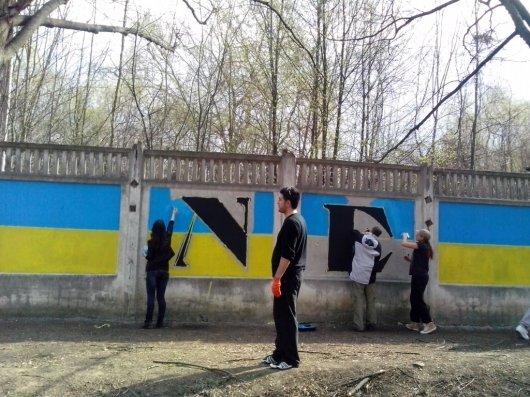 """У Чернівцях з'явився надпис """"Герої не вмирають"""" (ФОТО, ВІДЕО)"""