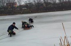 У Чернівцях двоє рибалок провалилися під лід (ВІДЕО)