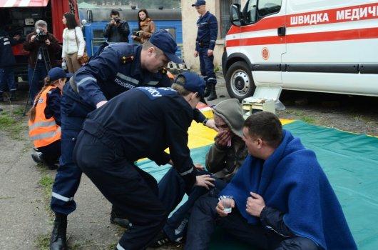 Чернівецькі пожежники успішно загасили палаючий вагон та евакуювали пасажирів