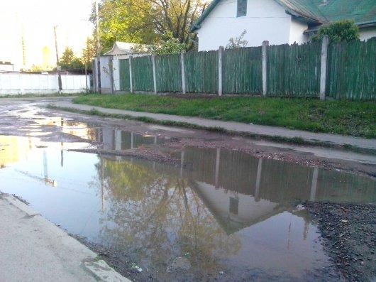 Вулиця Буковинська у Чернівцях перетворилася на озеро (ФОТО)