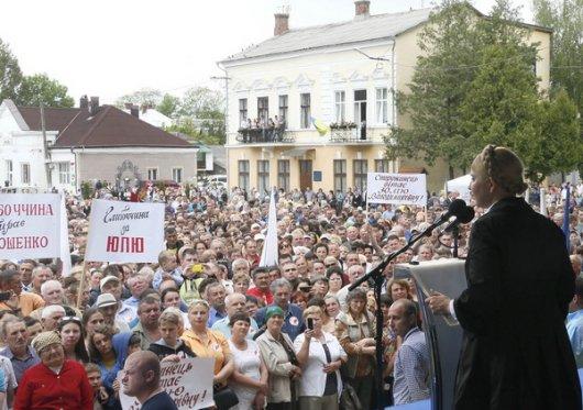 В Сторожинці Тимошенко взяли в облогу