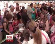 Сімферополь відзначив день міста штовханиною за пиріг і матрьошками по 400 гривень