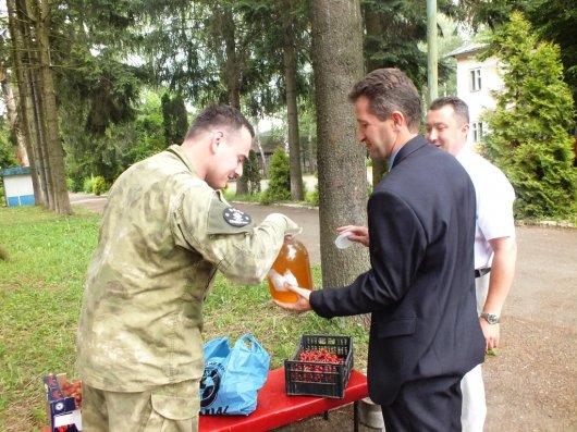 Головний податківець Буковини Михайло Сеничак допомогає українським воїнам