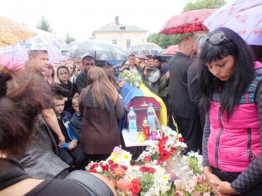 На Буковині в останню путь провели солдат, котрі загинули на Сході (ФОТО)
