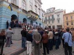 Перевізники у Чернівцях вимагали під ратушею підвищити тарифи на проїзд до 3 грн. 50 коп.