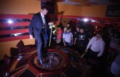 Ляшко з вилами в руках розтрощив незаконне казино на Троєщині і стрибав на ігровому столі
