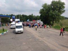На Буковині - масове перекриття доріг. Крім Сокирянщини, міжнародну трасу перекрили у селі Коровія