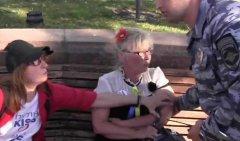 Маразм путінізма у всій красі: бабусю тягнуть по асфальту і заарештовують за синьо-жовті сережки. ВІДЕО