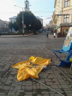 У Чернівцях вандали розтрощили намет «Громадянської позиції»