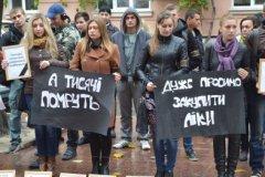 Чернівецькі активісти вимагали у влади закупити медичні препарати для важкохворих