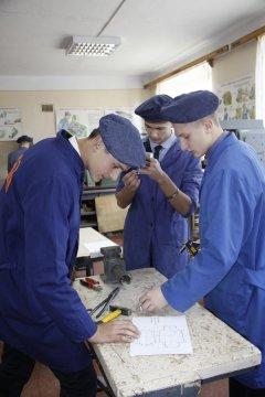 Учні глибоцьких шкіл виготовляють міні-пічки для солдатів