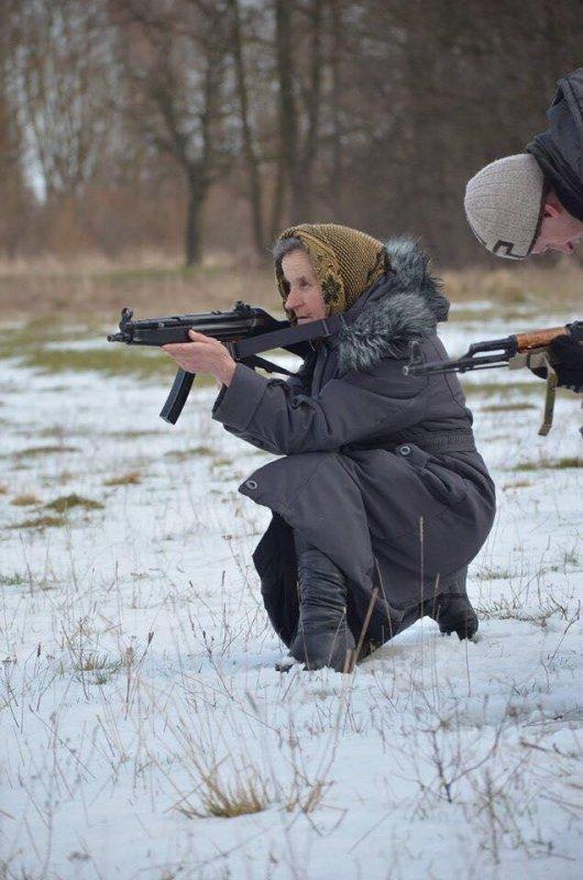 Путіна ніщо не врятує: 68-річна бабця зі Львова з автоматом йде на війну (фото)