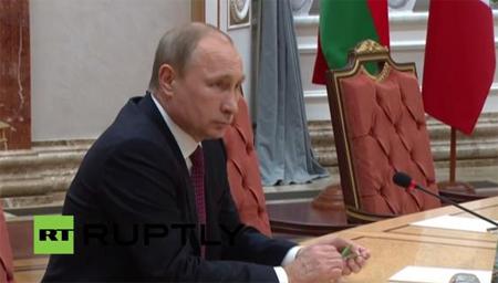 Знервований Путін у Мінську пішов стопами Януковича (відео)