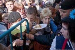 """""""Дайте жрать"""": Москвичі ламали грати і давили """"мєнтів"""" заради халявної паски (фото)"""