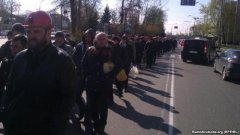 Шахтарі, що протестують, пройшли крізь охорону і наблизилися до Адміністрації президента