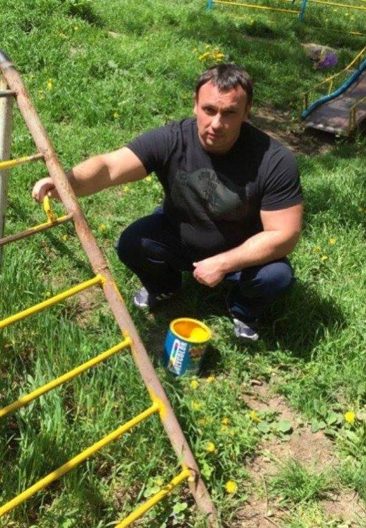 Чернівецькі активісти відновили та пофарбували дитячий майданчик в патріотичні кольори