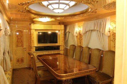 В Україні з'явилися вагони для мажорів: з ванною і кабінетом