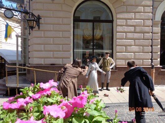 На вулиці Кобилянської чоловіки у старовинних костюмах влаштували дуель на парасольках