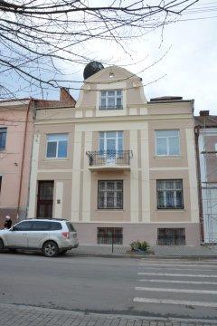 Чернівчани відремонтували фасад історичної будівлі