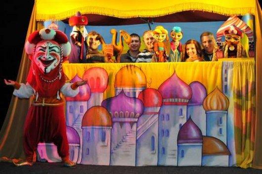 У Чернівцях акторів театру ляльок змушують виступати на приватному святі