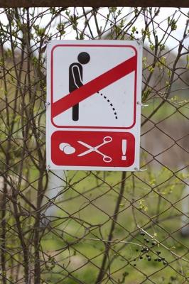 У Коломиї з'явився попереджувальний знак для тих, хто справляє потреби у громадському місці