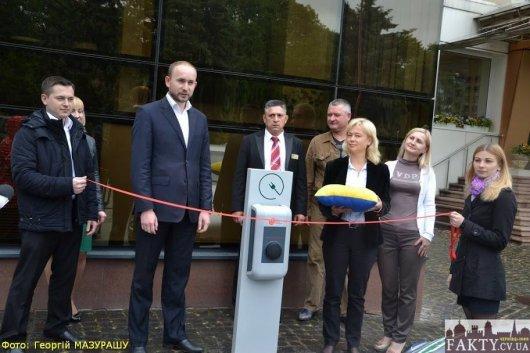 Перед готелем «Буковина» відкрили безкоштовну електрозаправку