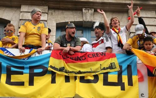 """Німецькі уболівальники намагались відібрати  український прапор із написом """"Чернівці"""""""