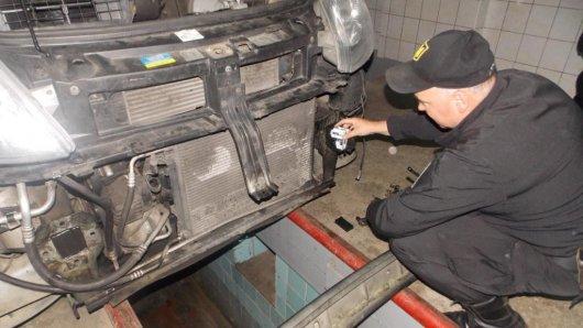 Два мікроавтобуси та одну іномарку, якими намагались перевезти сигарети через українсько-румунський кордон, вилучили правоохоронці