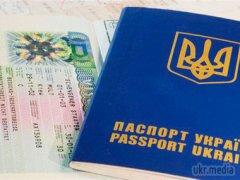 Луценко хоче забирати закордонні паспорти у депутатів до зняття недоторканості