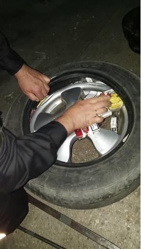 Хитрий буковинець запакував колеса своєї автівки сигаретами