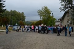 """У Іванківцях на Кіцманщині люди перекрили дорогу і протестують проти звезення до села """"чужого"""" сміття"""