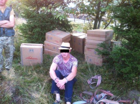 Румун намагався переправити з України 15 ящиків сигарет