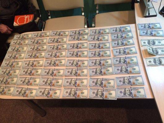 СБУ затримала на хабарі в 11000 дол. США одного з керівників УВБ поліції Буковини