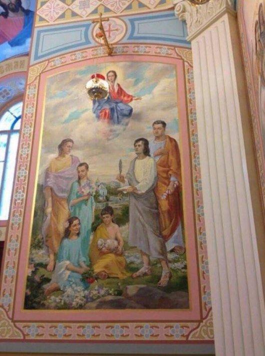 ПОРОШЕНКО ІЗ РОДИНОЮ ЗОБРАЖЕНІ НА ФРЕСЦІ У ХРАМІ