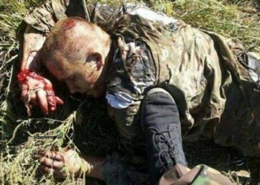 """""""На своїй землі лежить тяжко поранений український патріот, а його ногами штовхає російський вбивця"""": Фото для тих, хто ще хоче вірити у """"братські народи"""""""