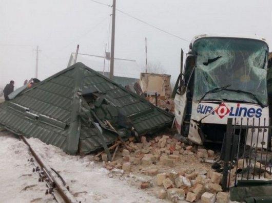На Буковині автобус розтрощив будиночок на залізничному переїзді (ФОТО)